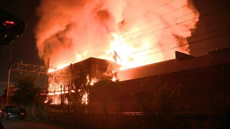 费城一仓库凌晨突发大火 半个费城的消防员都出动了
