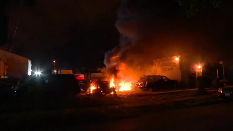 抗议威州警察枪击示威者火烧政府大楼 暴乱现场玻璃渣满地