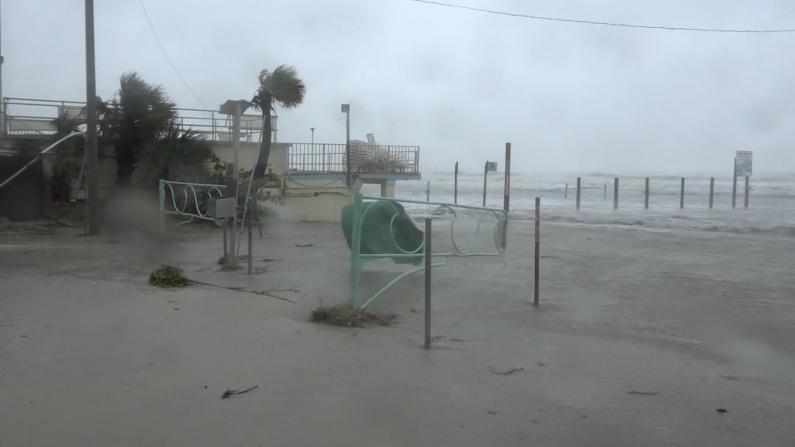 """飓风""""劳拉""""登陆在即 数千国民警卫队员严阵以待"""