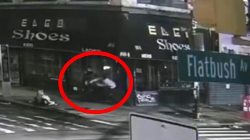 血腥!纽约男子当街持刀袭警抢夺配枪 疑受ISIS影响