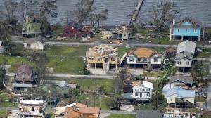 飓风劳拉破坏力惊人!强风吹倒大树砸毁民宅 多地一片汪洋