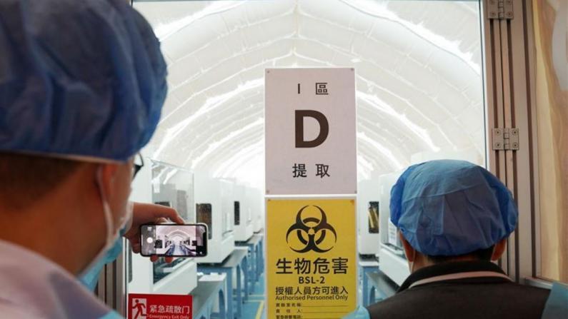 """香港新冠普检将至:""""火眼实验室""""准备就绪 约35万人登记"""