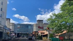 探访纽约皇后区最大购物中心 百家商家仅两家重开
