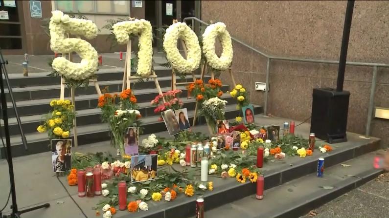 死亡超5700人 洛杉矶民众悼念新冠疫情亡者