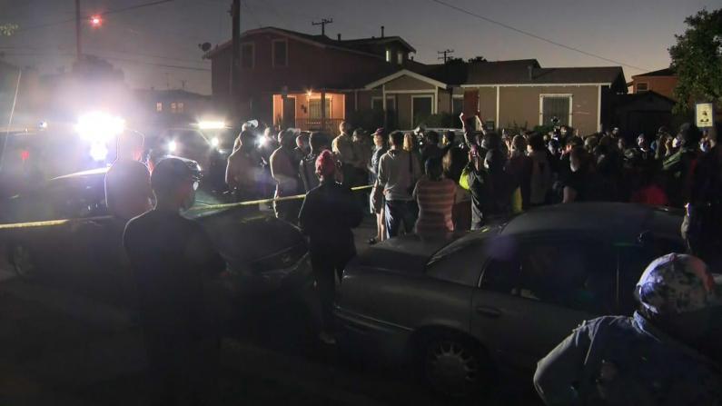 洛杉矶再爆警员枪击非裔事件 上百人蜂拥警局对峙抗议
