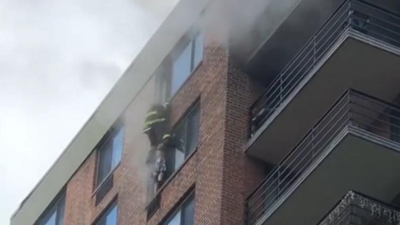 【现场】惊险!女子吊在窗外 纽约消防员用这招化险为夷