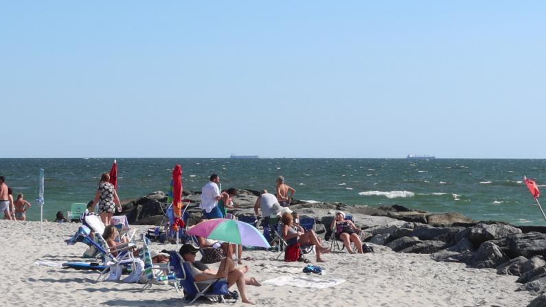 长周末纽约长岛海滩游人多 不戴口罩感觉很安全