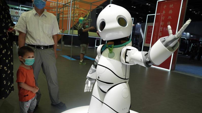 """服贸会""""科技范儿""""十足 机器人集体""""秀才艺"""""""
