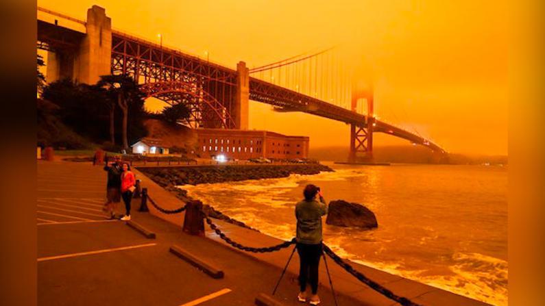 """加州""""变天"""" 山火烟尘遮天蔽日"""