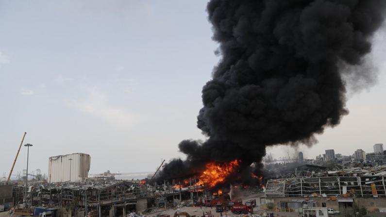 大爆炸刚过一个月 贝鲁特港再现大火 漫天浓烟