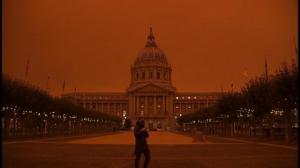 橙色天空笼罩旧金山引担忧 居民:仿佛科幻电影遭遇僵尸