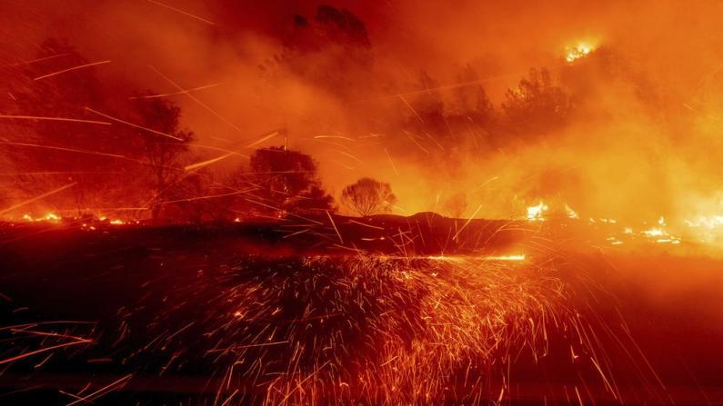 西部山火烧毁逾310万英亩土地创纪录 火光冲天漫天通红