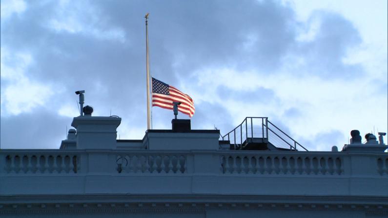 白宫降半旗纪念9/11 五角大楼亮灯