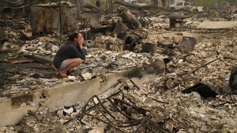 西部野火持续不断 民宅被化为灰烬 社区满目疮痍