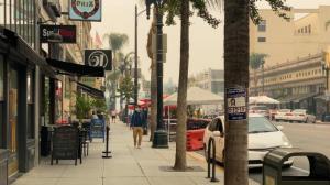 山火肆虐烟尘漫天 洛杉矶户外经济遭冲击