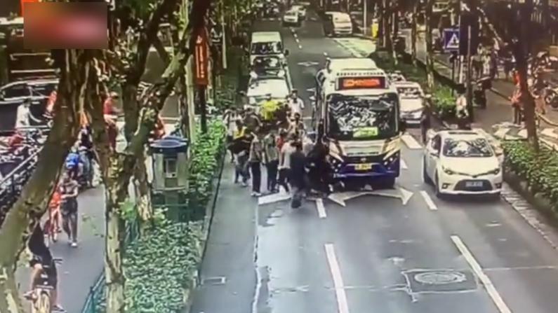 杭州女子被卷入公交车底 路人合力抬车施救
