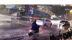 福建漳州多地突降暴雨 当地连夜转移被困灾民