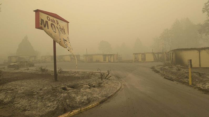 """西部野火肆虐已致最少33死 被烧毁城镇如同""""人间炼狱"""""""