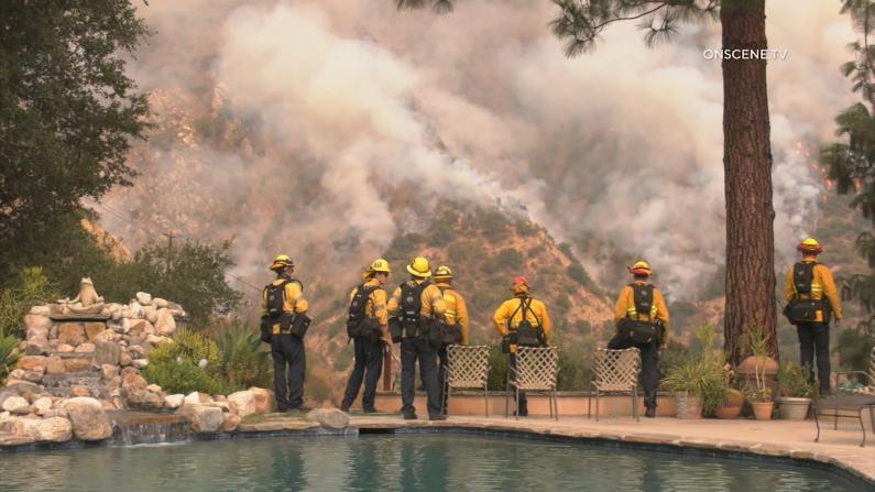 洛杉矶山火逼近社区 亚卡迪亚部分居民强制撤离