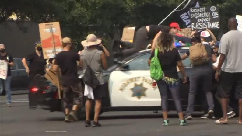 川普访加州引示威 警方巡逻车突然加速甩飞抗议者