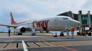 武汉恢复首条国际客运航线 60名乘客从首尔飞抵武汉
