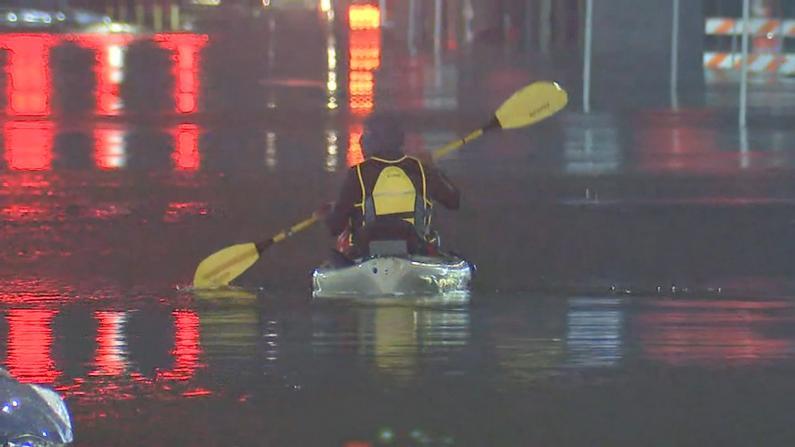 """热带风暴""""贝塔""""登陆得州 休斯敦居民街道划船"""
