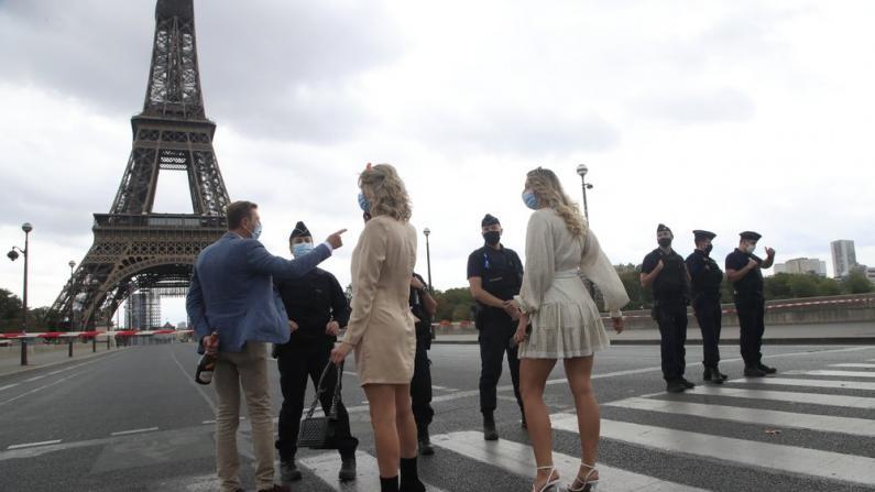 巴黎埃菲尔铁塔遭炸弹威胁 警方疏散人群