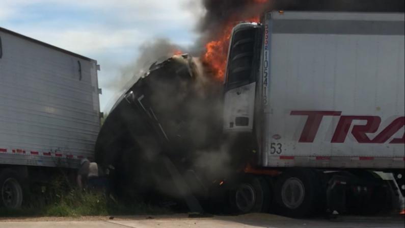 两卡车相撞突发大火 卡车司机奋不顾身冒火救人