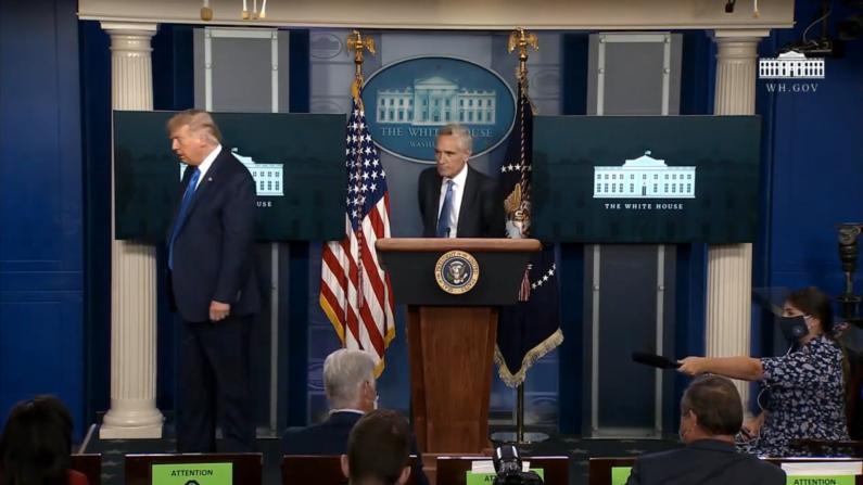 """""""我有个重要的紧急电话"""" 川普记者会中途离场"""