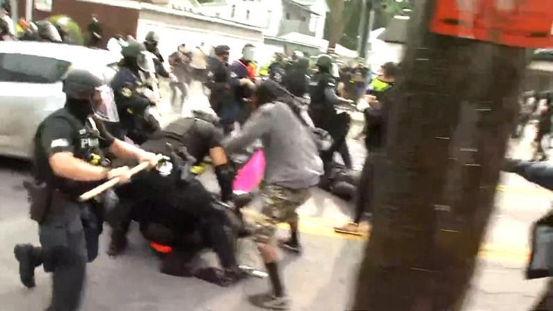 不满泰勒案裁决示威者与警方冲突 纽约女子驾车撞入抗议人群