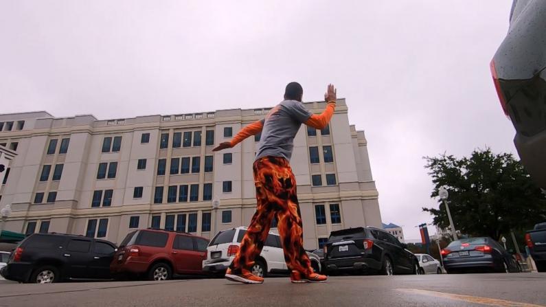 暖心!因疫情无法陪伴 得州父亲病房外跳舞为化疗儿子鼓劲