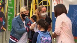 纽约市30万小学生重返校园 但疫情关键指标亮严峻信号