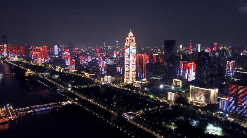 """中国多地上演灯光秀庆""""十·一"""" 现代科技感十足!"""