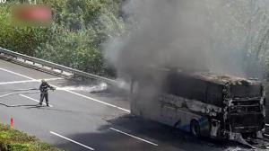 载52名乘客大客车南京高速上自燃 幸无人伤亡