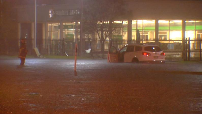 致命飓风Delta逼近路易斯安那 民众木板钉门窗