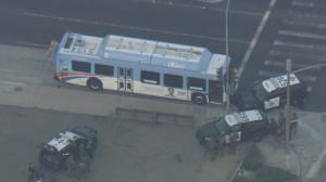 """加州一男子""""霸占""""公交车同警对峙 特警用这招将其制服"""