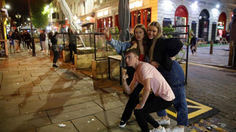 英国利物浦二次封城前夜民众狂欢