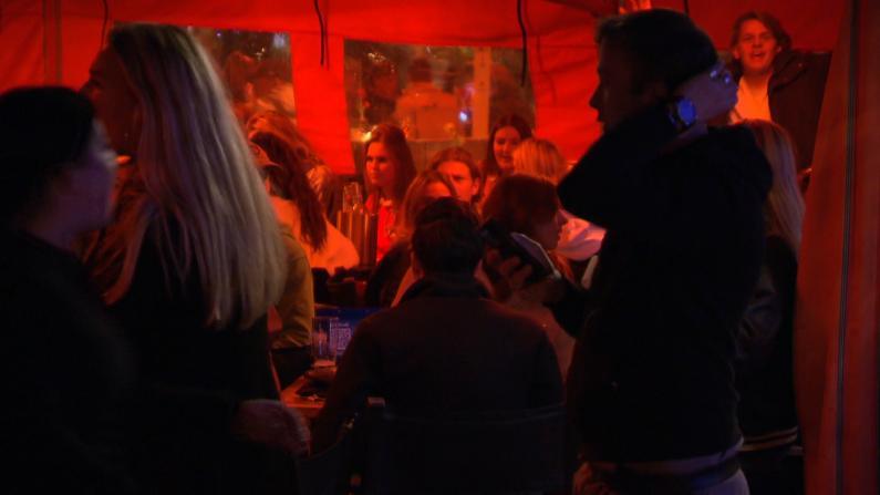 心真大!这是荷兰海牙封城前30分钟一酒吧内的场景...