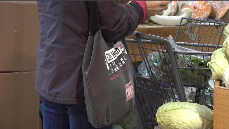 顾客未适应 部分超市仍在用 纽约禁塑令实行首周难达标