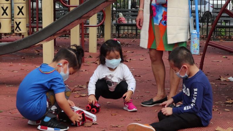 游乐场里是否戴口罩?家长和孩子玩并担心着