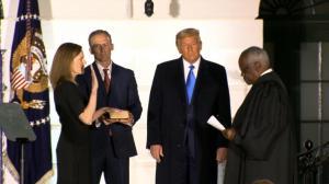 巴雷特宣誓就任大法官 这次现场观众终于戴上了口罩…