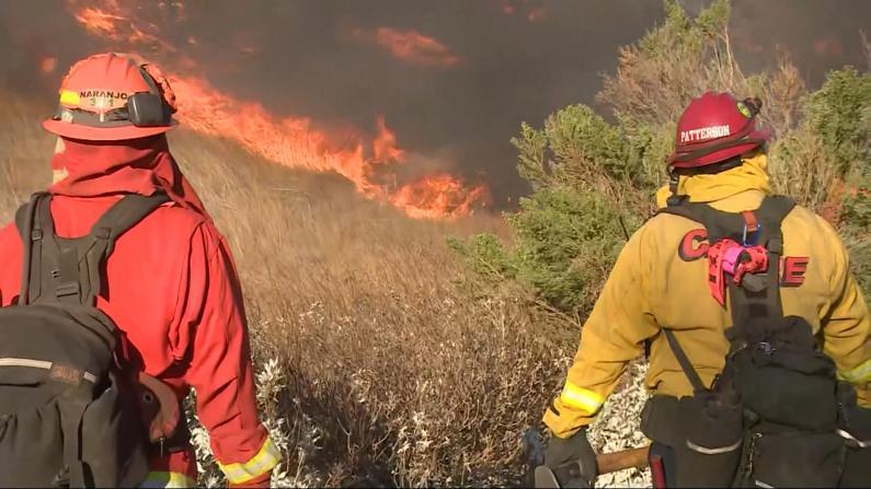 24小时爆发42场山火 加州逾10万民众紧急撤离
