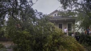 飓风Zeta横扫墨西哥湾后北上 强风掀翻屋顶刮倒树木