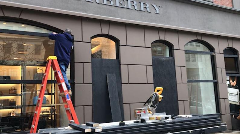 防大选暴乱 波士顿商家钉木板、清空橱窗...