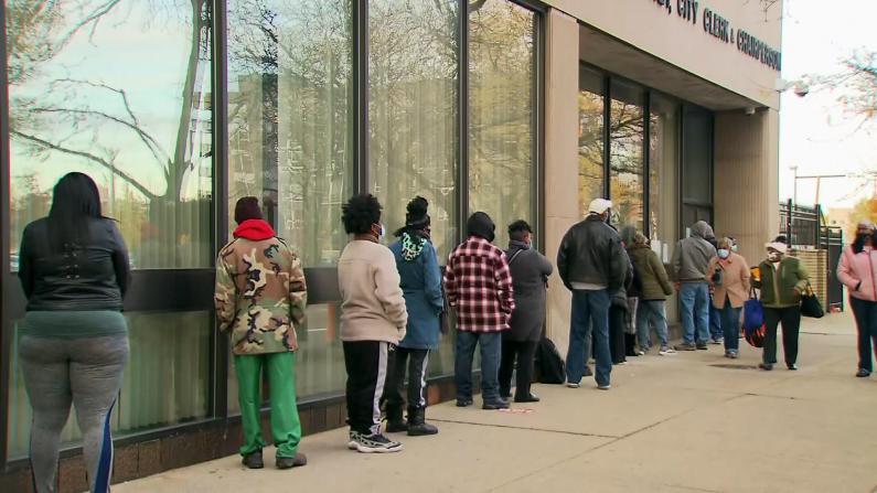 提前投票最后一天仍排长队 已投票选民人数近1亿