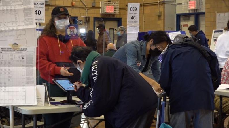首次投票者扎堆 华埠长者一早排队...大选日纽约华人空前积极