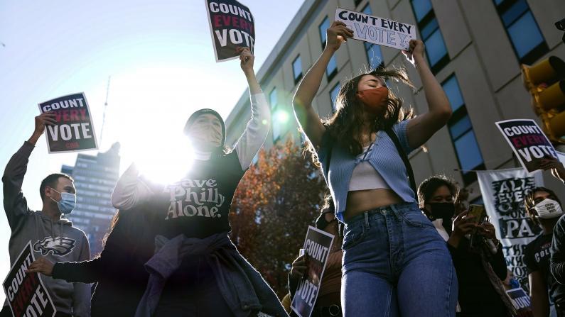 宾州票数反超 费城拜登支持者上街狂欢