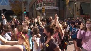 拜登当选下任总统 宾州民众街头欢呼
