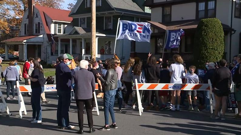 支持者在拜登斯克兰顿旧居外庆祝:他是所有美国人的总统