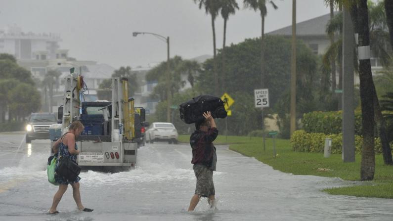 """热带风暴""""埃塔""""两周内四袭佛州 灾民叫苦:从未想过如此糟糕"""